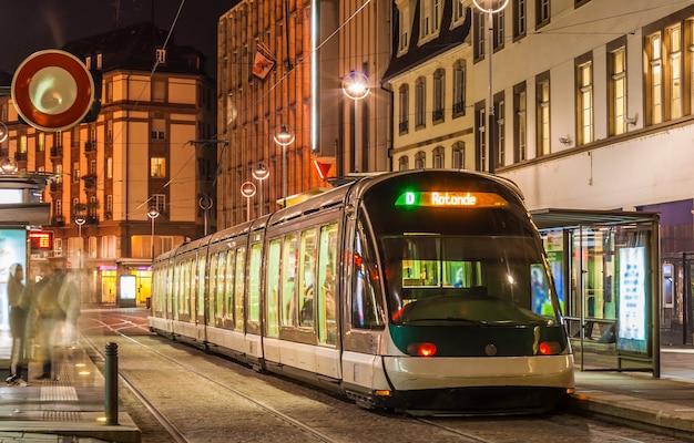 스트라스부르 시내 중심에 현대적인 트램이 있습니다. 프랑스, 알자스
