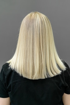 모발 탈색을위한 최신 유행의 airtouch 또는 shatush 기술. 똑 바른 머리카락 뒤에서 봐