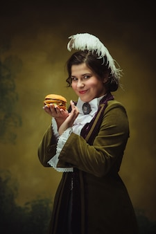 見知らぬ女の肖像画の現代的な流行の外観。