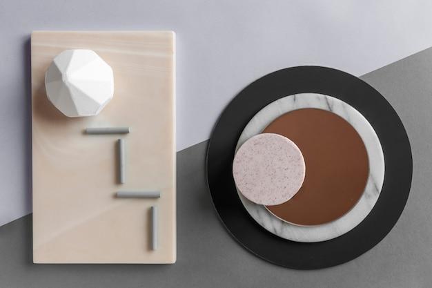 자연적인 돌 접시에 목욕 소금과 라벤더 비누로 현대 유행 스파 및 웰빙 개념.