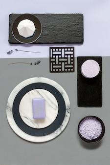 라벤더 목욕 소금과 천연 돌 접시에 비누와 현대 유행 스파 및 웰빙 개념.