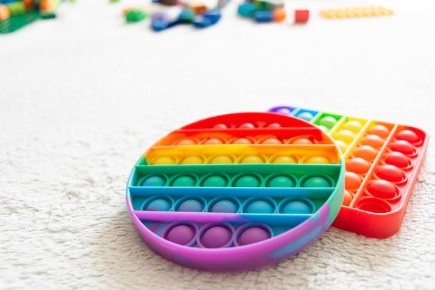 現代の流行のおもちゃは、柔軟なシリコーン素材で子供のためにそれをポップします
