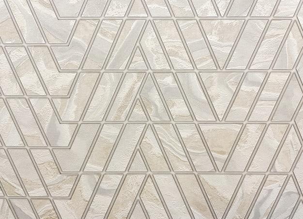 거실에 장식 된 벽지에 현대적인 삼각형 패턴, 배경에 대한 전면보기.