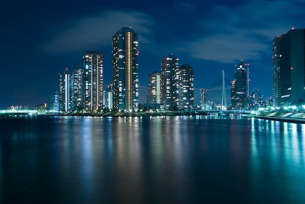 隅田川の水辺の夜の東京の現代佃地区
