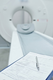 На кушетке для осмотра в процедурном кабинете клиники установлен современный ультразвуковой аппарат.