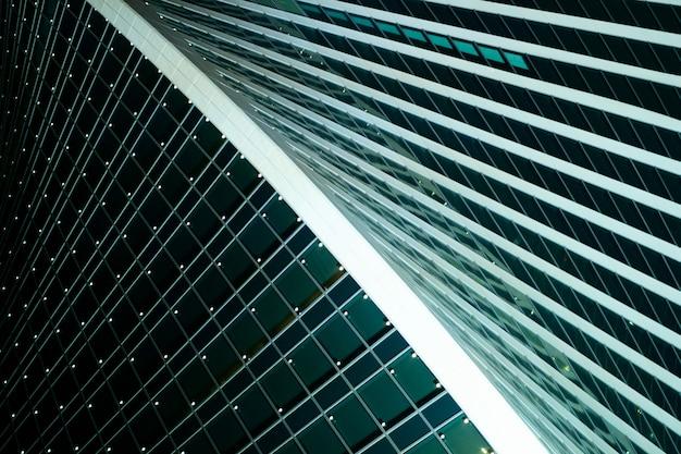 현대 도시 건축. 기하학적 패턴 구조. 대형 파노라마 창문.