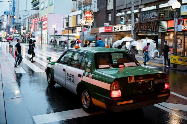 Современный городской автомобиль на улице