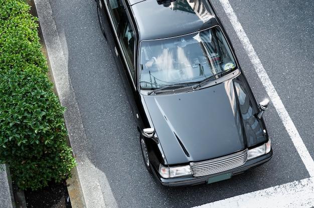 路上で現代の都会の車