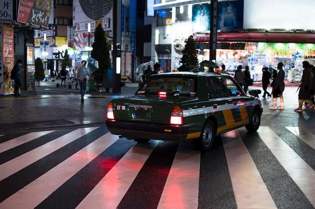Auto urbana moderna per strada