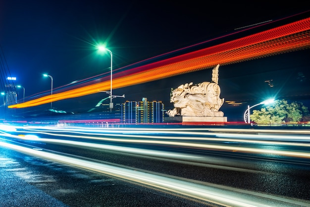 Современное городское строительство и дорожные транспортные средства, ночной вид