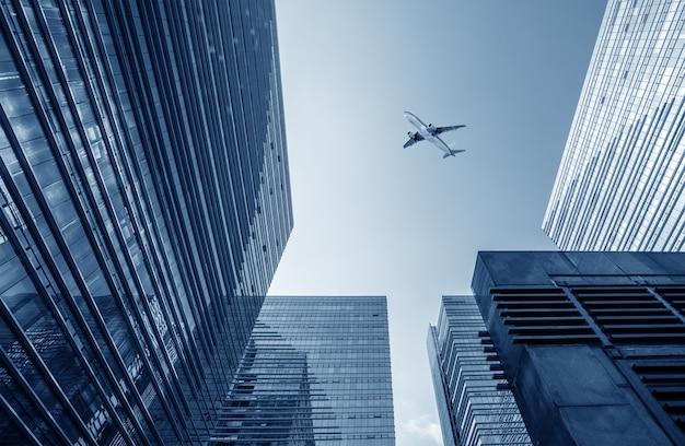 현대 도시 그림, 하늘에 비행기입니다.