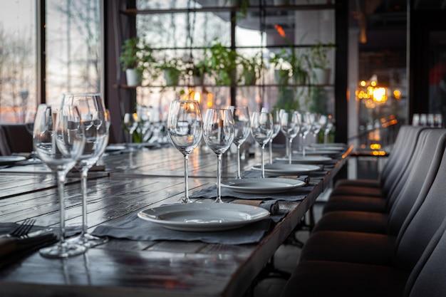 モダンなベランダレストランのインテリア、宴会の設定、グラス、プレート