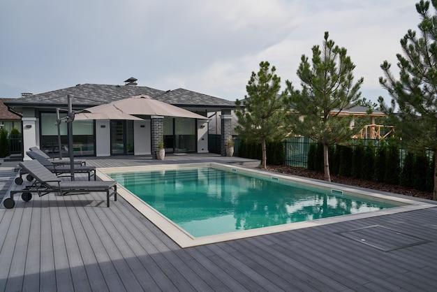 수영장과 내부 데크가 있는 현대적인 빌라입니다. 아름다운 새 아파트 건물, 야외 수영장. 스톡 사진