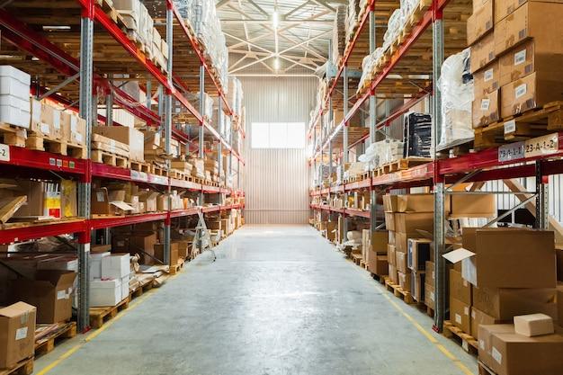 Современные складские полки с кучей картонных коробок