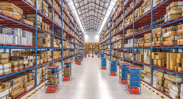 Современный склад с автоматизированной системой движения товаров.
