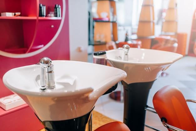 美容院のモダンな洗面台