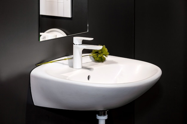 Современный умывальник в ванной