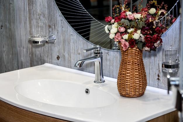 Современная раковина со смесителем в ванной комнате