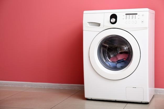 컬러 벽 근처 현대 세탁기
