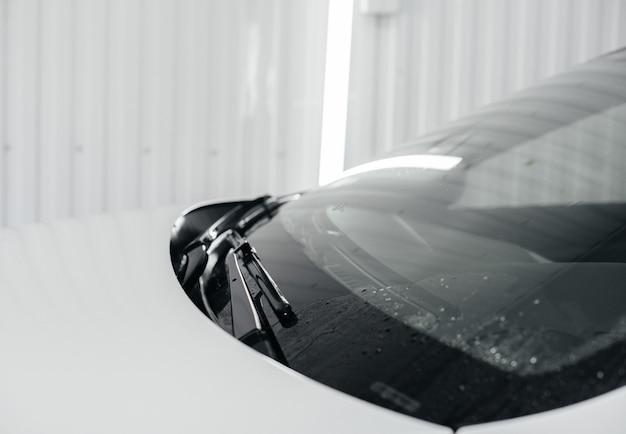 흰색 자동차의 거품과 고압 수로 현대적인 세척