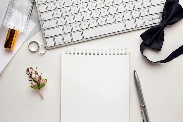 Современная свадебная концепция клавиатуры и ноутбука