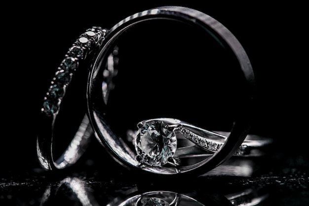 Современные обручальные кольца с бриллиантами на черном фоне