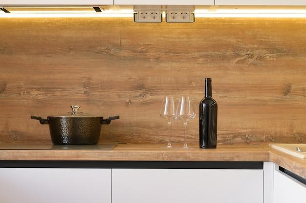 Современные бело-бежевые деревянные детали интерьера кухни