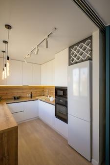 モダンな白とベージュの木製キッチンインテリア