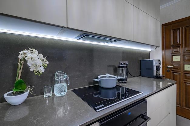 작업대에 현대적인 흰색과 회색 주방 근접 촬영