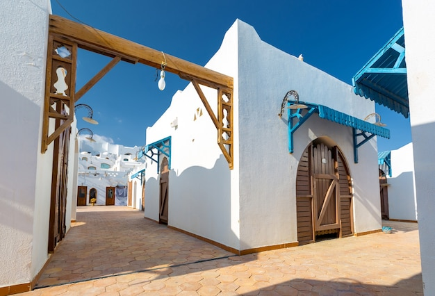이집트의 열대 고급 휴양지의 현대적인 흰색 아파트