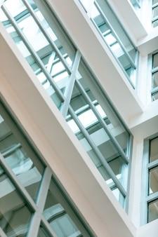 パノラマの窓があるモダンな白い建物
