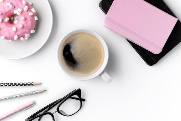 メモ帳、pensils、一杯のコーヒーとモダンな白いホームオフィスデスクテーブル