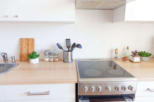 흰색과 나무 세부 사항이있는 현대적인 흰색 주방 깨끗한 현대적인 스타일의 인테리어 디자인