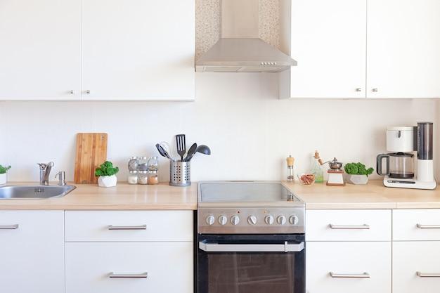 현대 흰색 부엌 깨끗하고 현대적인 스타일의 인테리어 디자인