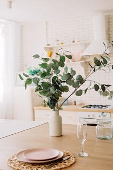 スカンジナビアスタイルのモダンな白いキッチン