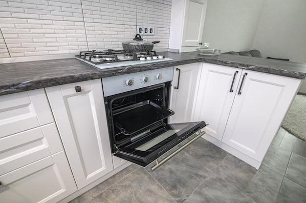 Современный белый кухонный интерьер