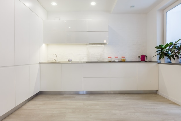 ハンドルのないモダンな白いキッチン