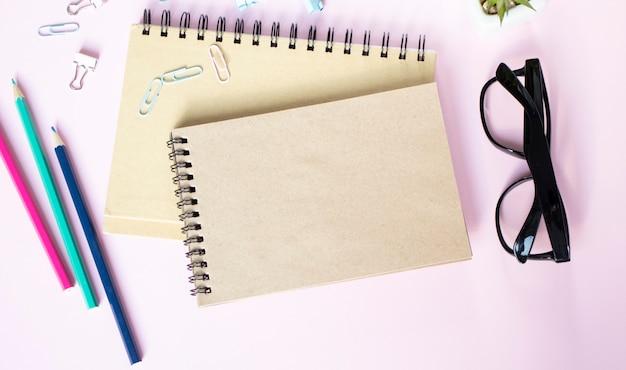현대 흰색 사무실 책상 기타 용품. 중간에 텍스트를 입력하기위한 빈 노트북 페이지. 평면도, 평면 누워.
