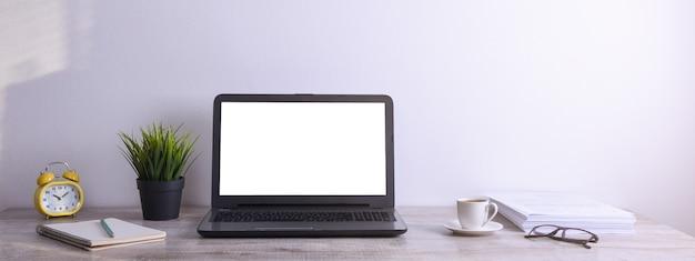 현대 흰색 사무실 책상 테이블 이랑, 텍스트 또는 이미지, 녹색 잔디, 커피 한잔과 하얀 바위 배경에 종이의 스택에 대 한 흰색 스크린 노트북 컴퓨터와 작업 공간.