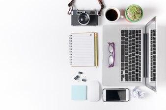 現代的な白いオフィスのデスクテーブル、ノートパソコン、