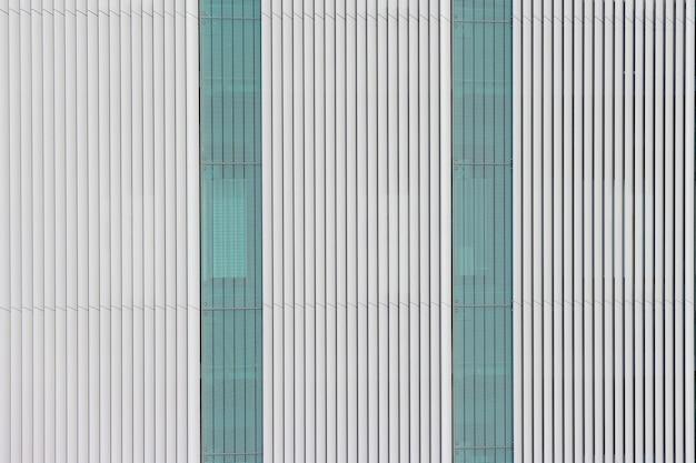 현대 흰색 평행 판 행 패턴 벽 디자인입니다.