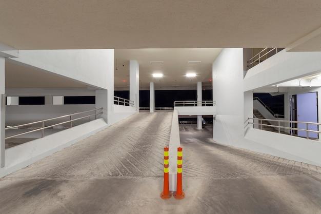 Современный белый интерьер гаража