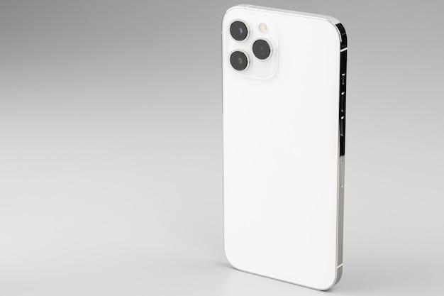 회색 표면에 triplelens 카메라와 함께 현대 흰색 스마트 폰