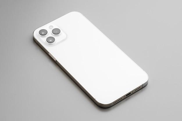 회색에 triplelens 카메라가 장착 된 현대 흰색 스마트 폰