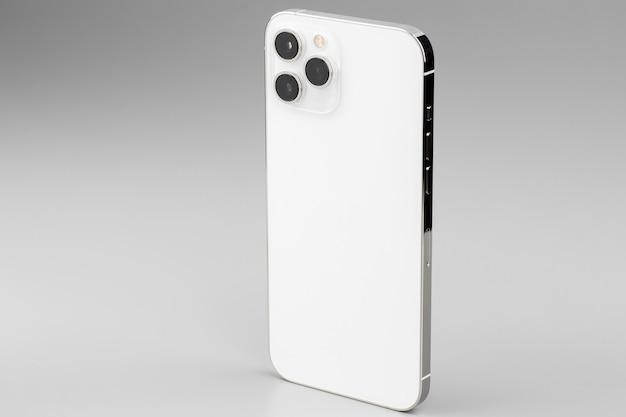 회색에 triplelens 카메라가 장착 된 현대적인 흰색 스마트 폰