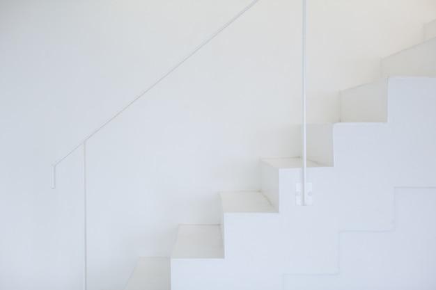 モダンな白い階段、最小限のスタイル