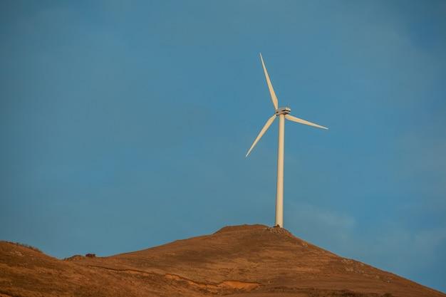 青い空とモダンな風車