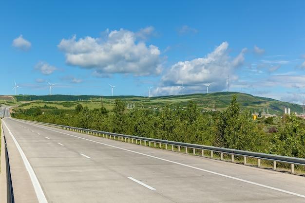 현대 풍차는 도로를 따라 조지아 풍력 터빈의 도로를 따라 전기를 생산합니다