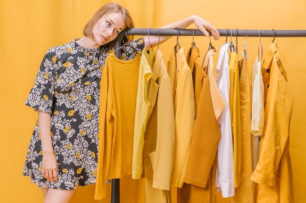 Современная женщина рядом с гардеробом