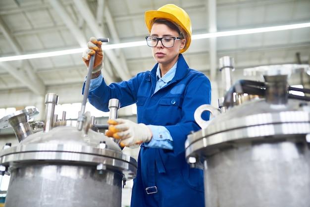 공장에서 일하는 현대 여성